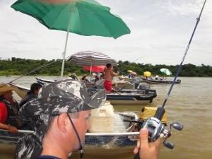 fila de barcos pescando no rio paraná panema